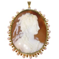 Large Vintage high quality carving cameo in gold mounting embelished with pearls by Unknown