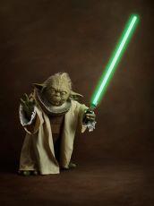 Portrait d'un ancien de petite taille avec un bâton de lumière verte by Sacha Goldberger