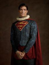 Portrait d'un homme avec un S sur le torse by Sacha Goldberger