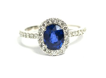 Ring with a cushion cut faceted sapphire in white gold  by Puck Eigenmann