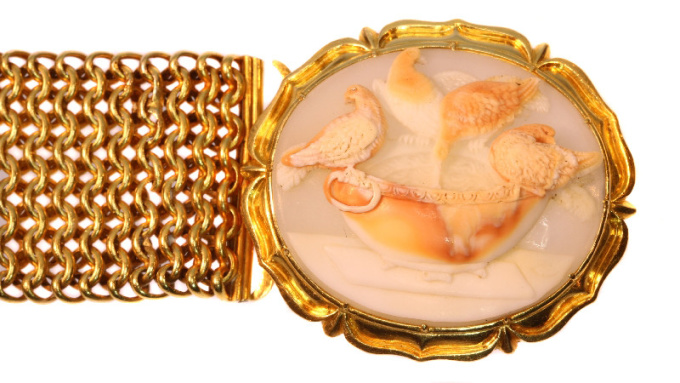 Magnificent antique cameo bracelet with presentation of so-called Doves of Pliny by Unknown